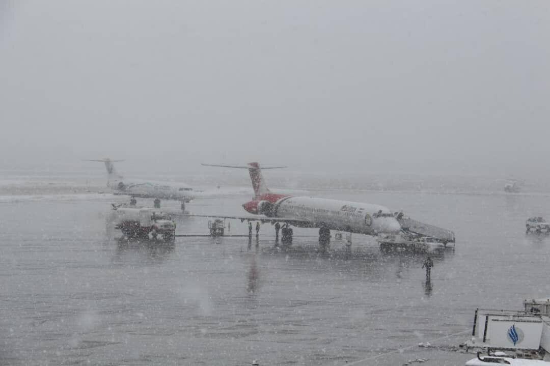 خبرنگاران باند فرودگاه ارومیه برای نشست و برخاست هواپیما آماده است